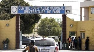 L'entrée de l'Hôpital universitaire de Fann dans la banlieue de Dakar où les deux premiers patients touchés par le coronavirus au Sénégal ont été admis.