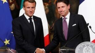 Tổng thống Pháp Emmanuel Macron (T) bắt tay thủ tướng Ý Giuseppe Conte, sau cuộc họp báo tại Roma, ngày 18/09/2019