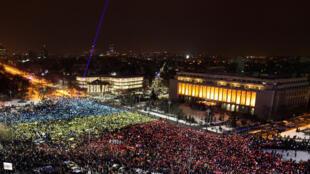 Em protesto histórico, manifestantes formam bandeira gigante na frente da sede do governo, em Bucareste.