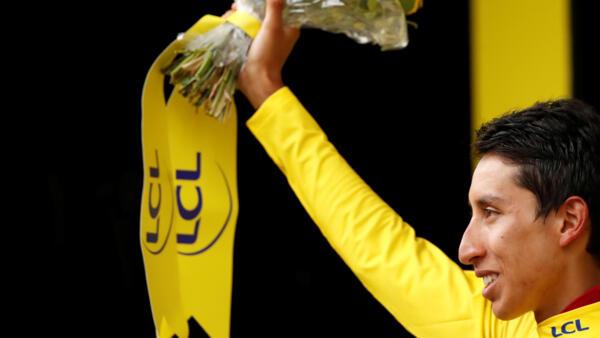 O colombiano Egan Bernal festeja a vitória na Volta da França de 2019.