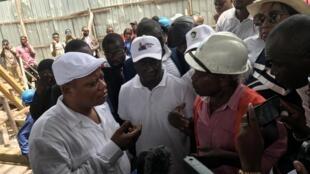 Jean-Marc Kabund, le président intérimaire de l'UDPS, et les cadres de son parti, dont Augustin Kabuya, dans un chantier de « saut-de-mouton » près de l'ambassade de France.