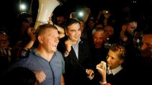 L'ex-président géorgien et opposant ukrainien Mikheïl Saakachvili (centre), accompagné de l'opposante ukrainienne Ioulia Tymoshenko, à son retour dans le pays, le 10 septembre 2017.