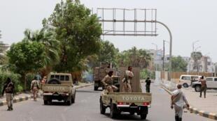 Des soldats séparatistes progressant dans les rues de la capitale Aden, le 10 août 2019.