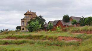 Dans ce village fortifié de l'Imerina à un vingtaine de kilomètres de la capitale, maisons cossues d'un autre siècle, à l'abandon, côtoient maisons en terre.