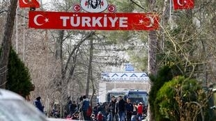 Grupo de migrantes em deslocamento entre a Turquia e a Grécia. Em 28 de fevereiro de 2020.