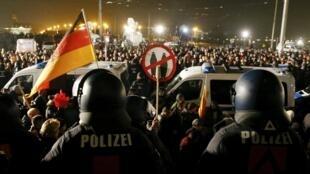 Manifestación masiva para el primer aniversario de PEGIDA, este 19 de octubre de 2015 en Dresde.