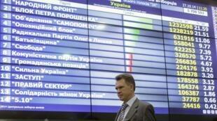 Председатель центризбиркома Украины Михаил Охендовский перед экраном с результатами выбров, 27 октября 2014.