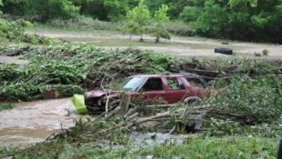 Las inundaciones han creado numerosos daños y 23 muertos. Aquí, un carro arrastrado por la corriente, en Elkview, West Virginia.