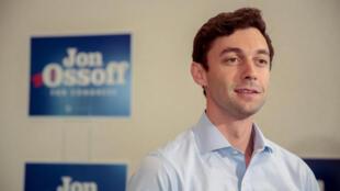 Ứng viên đảng Dân Chủ Mỹ Jon Ossoff trả lời báo chí khi vận động tranh cử tại Sandy Springs, Georgia. Ảnh ngày 19/06/2017.