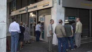 Gregos correram aos caixas eletrônicos para retirar dinheiro, logo após anúncio de realização de referendo.