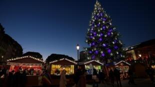 Un sapin sur le marché de Noël à Strasbourg.