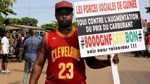 Un manifestant des forces sociales de Guinée, lors d'une manifestation à Conakry, le 6 août 2018.