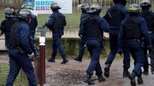 Cảnh sát Pháp bảo vệ hiện trường vụ tấn công bằng dao ở công viên Hautes-Bruyères, Villejuif, ngoại ô nam Paris, ngày 03/01/2020.