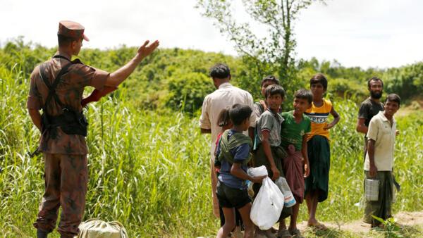 Refugiados rohinyás se ven prohibir la entrada al Bangladés, este 27 de agosto de 2017.