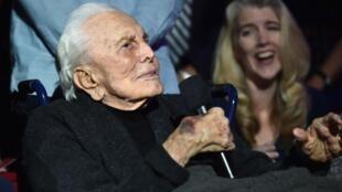 Kirk Douglas em foto tirada em 1° de outubro de 2016, em Los Angeles, festeja seu centésimo aniversário