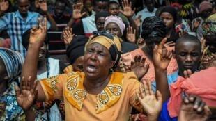 """Mujeres rezando en un servicio de la """"Full Bible Bible Fellowship"""" en Dar-es-Salaam, Tanzania, 1 de enero de 2020 (ilustración)."""
