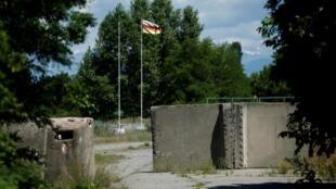 Le drapeau ossète, à la frontière de la région géorgienne sécessioniste d'Ossétie du Sud à Ergneti, Géorgie, en juin 2018.