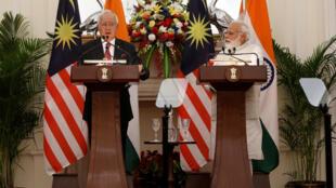 Thủ tướng Malaysia, Najib Razak (T) và đồng nhiệm Ấn Độ, Narendra Modi, trong buổi họp báo chung, tại New Delhi, Ấn Độ, ngày 01/04/2017.