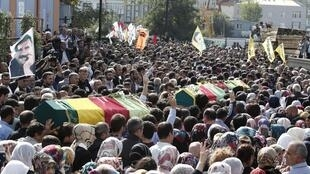 Multidão carrega caixões cobertos com bandeiras curdas em Istambul