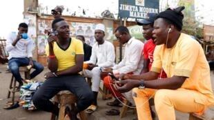 Jovens manifestantes barricados na ONU abandonam instalações da organização mundial. Na foto jovens escutando RFI?
