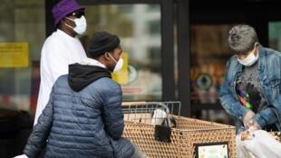 Des Afro-Américains font leurs courses dans un supermarché de Washington le 7 avril 2020.
