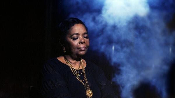 Retrato da cantora caboverdiana Cesária, agora em selo à memória das vítimas dos atentados de Bataclan, onde cantou várias vezes.