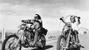 """Dennis Hopper, à esquerda, e Peter Fonda, à direita, no filme """"Sem Destino"""" (Easy Rider, 1969).igné par les deux comédiens et Terry Southern."""