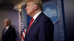 El presidente de Estados Unidos, Donald Trump, recibe preguntas en la sala de prensa junto a miembros de la Fuerza de Tarea contra el Coronavirus de la Casa Blanca el 3 de abril de 2020, en Washington