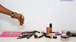 Des produits de beauté destinés à peaufiner son fond de teint.