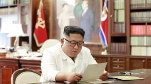 Lãnh đạo Bắc Triều Tiên Kim Jong Un chăm chú đọc thư của tổng thống Mỹ Donald Trump. Ảnh do KCNA cung cấp ngày 22/06/2019.