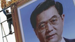 Chân dung ông Hồ Cẩm Đào đang được dựng lên ở trung tâm thủ đô Phnom Penh, ngày 29/03/2012.