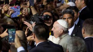 Premier bain de foule pour le pape François à son arrivée à Santiago du Chili le 15 janvier 2018 pour une visite qui le conduira aussi à Temuco, dans le Sud mapuche et à Iquique, au Nord, grand port sur le Pacifique.