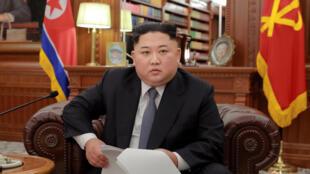 Lãnh đạo Bắc Triều Tiên Kim Jong Un chụp hình trong ngày đầu năm 2019 tại Bình Nhưỡng. Ảnh do KCNA cung cấp.