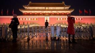 Des touristes sur la place Tiananmen, devant l'entrée de la Cité interdite, à Pékin. (photo d'illustration)
