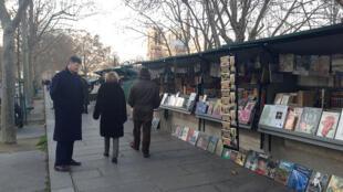 Pasear por los muelles del Sena y detenerse frente a los buquinistas es uno de los placeres que ofrece París.