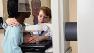 La mammographie permet de dépister le cancer du sein.