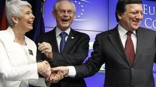 Премьер-министр Хорватии Ядранка Косор принимает поздравления Хермана Ван Ромпея и Жозэ Мануэля Баррозу после решения о принятия этой страны в Евросоюз в июле 2013 г. Брюссель 24/06/2011