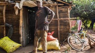 Boubacar Bâ a perdu sa jambe droite le 9 mai 2004. L'homme a pu être rapidement équipé d'une prothèse. Père de famille, exilé à Ziguinchor, il vit de nouveau dans son village natal.