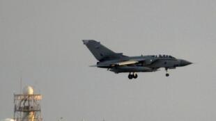 Um avião Tornado da Royal Air Force volta à sua base em Chipre depois de uma missão