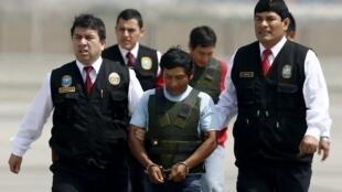 Dionisio Ramos, 'camarada Yuri', y Alexander Alarcón Soto, 'camarada Renán', escortados por policías tras su captura, en el aeropuerto militar de Callao, Perú, el 10 de agosto de 2015.