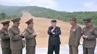 Lãnh đạo Kim Jong Un đến thăm một công trường của quân đội Bắc Triều Tiên (ảnh do KCNA công bố 27/05/2013)
