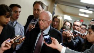 Thượng nghị sĩ Cộng Hòa John McCain trả lời báo chí tại Thượng Viện- Washington, ngày 19/09/2017.