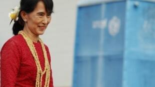 Aung San Suu Kyi sorri depois de visitar uma sessão de votação em Kahwmu, em Mianmar. Ela foi eleita deputada pela primeira vez em sua carreira política.
