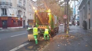 Les éboueurs de la mairie de Paris en pleine collecte des bacs verts, le 6 novembre 2019.