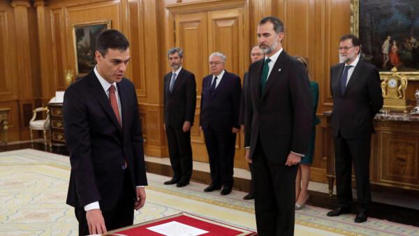 Socialista Pedro Sánchez (e.) presta juramento ao rei Felipe VI, no palácio de Zarzuela, perto de Madri. (02/06/2018)