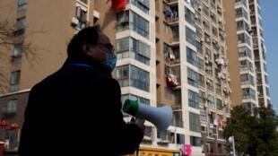 Trưởng khu phố dùng loa phóng thanh cảnh báo về virus corona cho cư dân ở Cửu Giang (Giang Tây) giáp giới Vũ Hán ngày 04/02/2020.