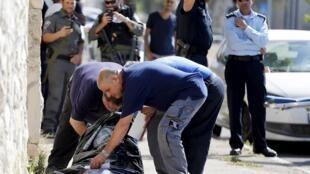 Policiais israelenses conferem o corpo de um palestino morto depois de tentar atacar um militar israelense neste sábado, em Jerusalém.