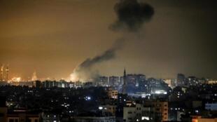La fumée est visible à la suite d'une frappe aérienne israélienne sur la ville de Gaza le 15 janvier 2020. L'armée israélienne a déclaré que quatre roquettes ont été tirées de Gaza, les premiers depuis l'assassinat par les États-Unis du général Soleimani.