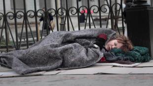 La cantante francesa Agnès Bihl fotografiada en las calles de París como una 'sin techo' por el fotógrafo Marc Melki.