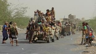 Des membres des forces progouvernementales se rassemblent dans les faubourgs d'Hodeïda, le 9 novembre 2018.